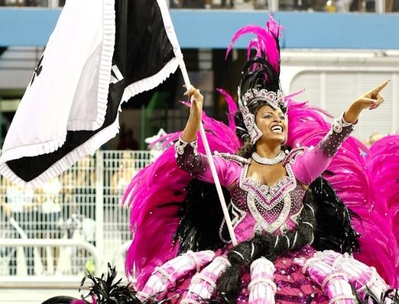 Porta-bandeira da Vai-Vai, cujo samba-enredo homenageia as mulheres durante desfile das campeãs de SP (25/2/12)