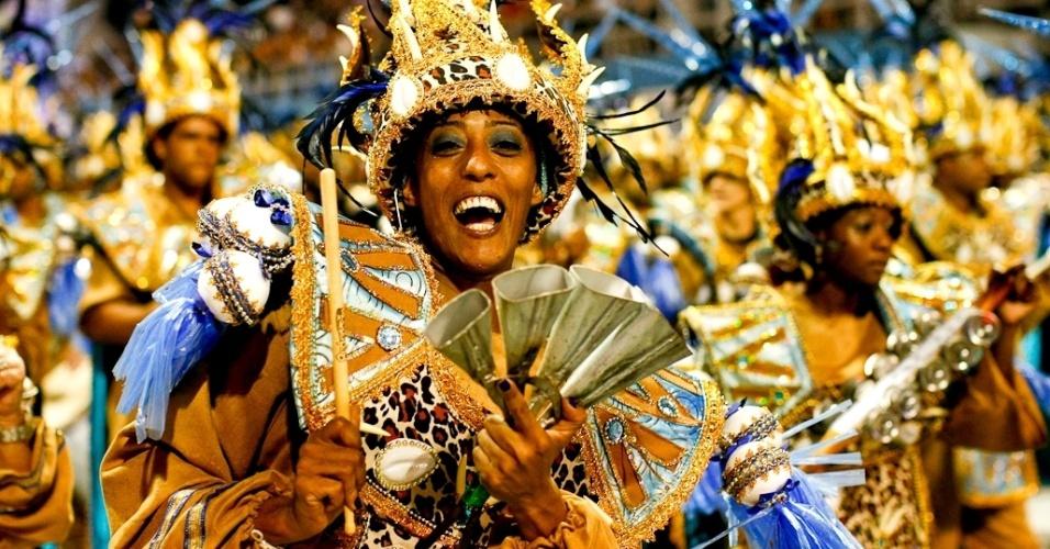 Ritmista da bateria da Nenê de Vila Matilde no desfile das campeãs, no Anhembi, em São Paulo. A escola foi campeã do grupo de acesso e no ano que vem desfila no grupo especial (24/2/12)