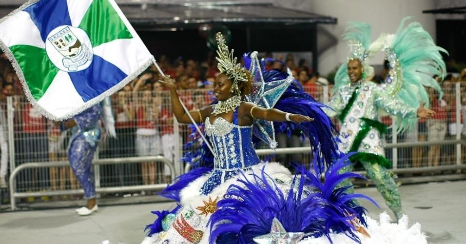 Rodrigo e Marina, mestre-sala e porta-bandeira da Unidos da Vila Maria, no desfile das campeãs no Anhembi, em São Paulo (25/2/12)