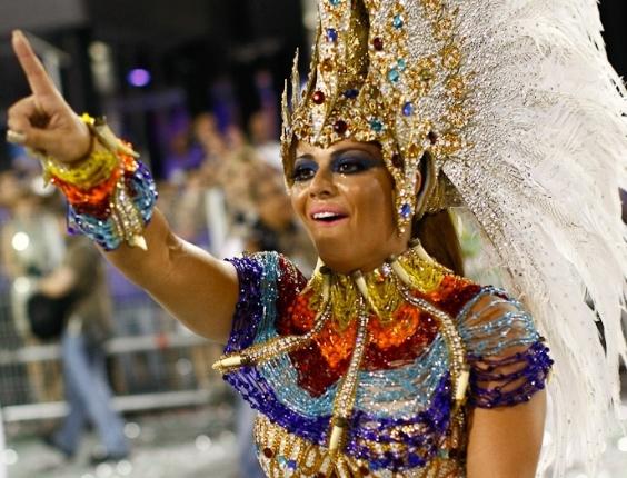 Viviane Araújo, rainha da bateria da Mancha Verde, samba animada durante desfile das campeãs em São Paulo (25/2/2012)