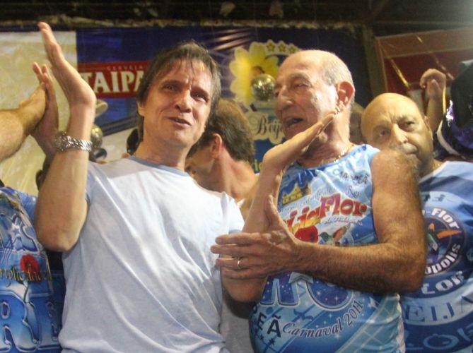 Roberto Carlos é ovacionado na quadra da Beija-Flor após a conquista do título da escola. O cantor disse ao público da quadra que esta é maior homenagem que recebeu na vida. Acima, o cantor ao lado do presidente de honra da escola, Anísio Abraão David (d) (09/03/2011) (09/03/2011)