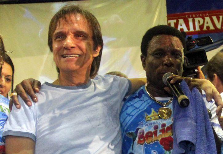 Roberto Carlos agradece ao público na quadra da Beija-Flor após a conquista do título da escola. Acima, ao lado do cantor abraça Neguinho da Beija-Flor (09/03/2011)