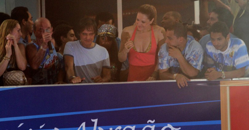 Roberto Carlos, o homenageado do enredo, e a atriz Cláudia Raia, integrante da comissão de frente do desfile, comemoram o título na quadra da Beija-Flor (09/03/2011)