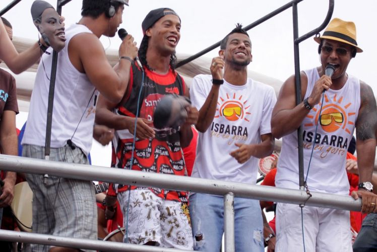Ronaldinho Gaúcho puxa bloco Samba, Amor e Paixão na segunda-feira de Carnaval, na Barra da Tijuca (07/03/2011)