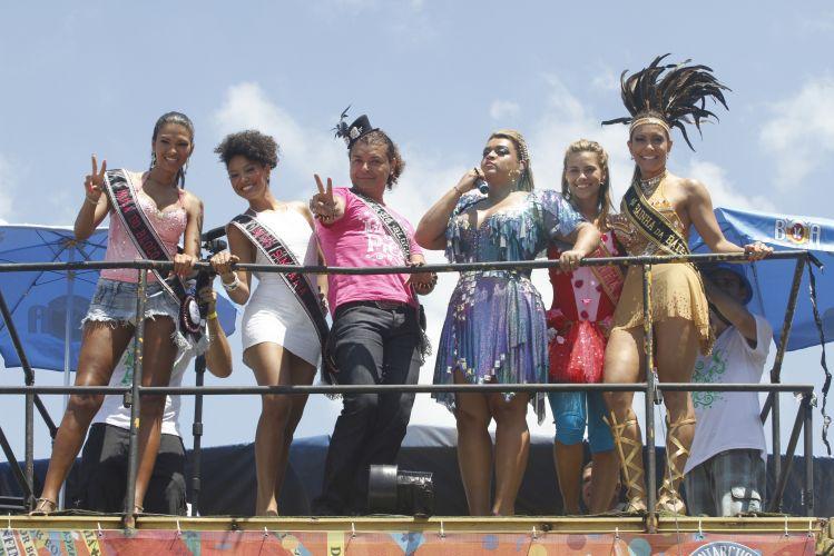 A ex-bbb Ariadna, musa, a atriz Sheron Menezes, miss simpatia, o promoter David Brazil, muso, a atriz Carolina Dieckmann, madrinha, e a ex-bbb Lia Khey, rainha de bateria, desfilam ao lado da cantora Preta Gil em Ipanema, neste domingo. Todos participam do Bloco da Preta, que atraiu cerca de 40 mil foliões para as ruas do Rio (27/02/2011)