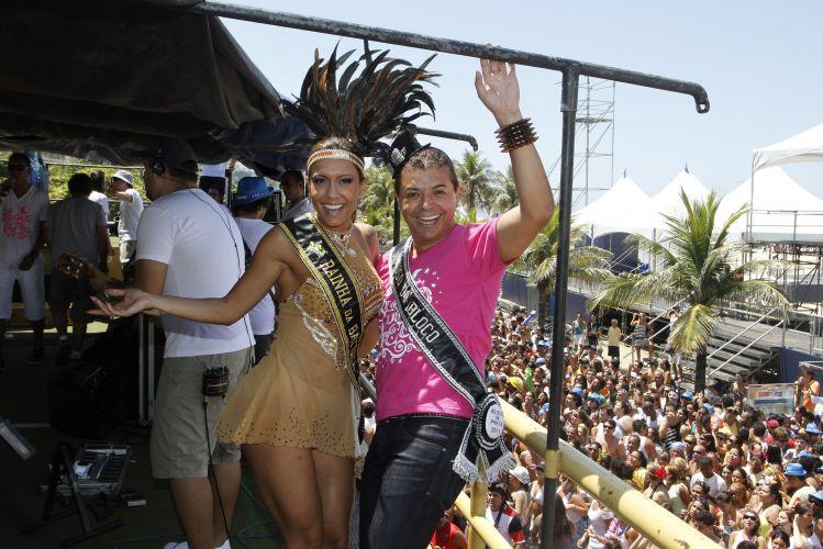 Lia Khey e David Brazil se divertem no trio elétrico de Preta Gil, neste domingo, em Ipanema, no Rio de Janeiro (27/02/2011)