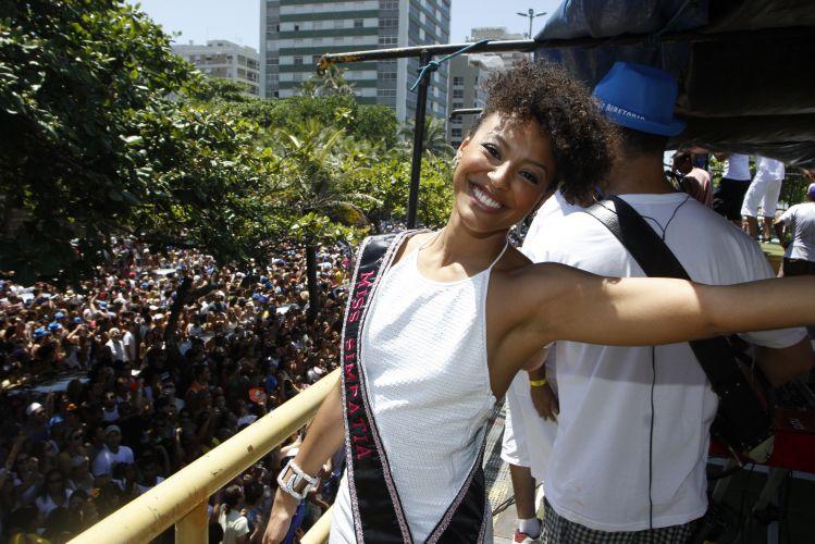 A atriz Sheron Menezes é a miss simpatia do Bloco da Preta, comandado pela cantora Preta Gil. O trio arrastou cerca de 40 mil foliões pelas ruas de Ipanema, neste domingo, no Rio de Janeiro (27/02/2011)