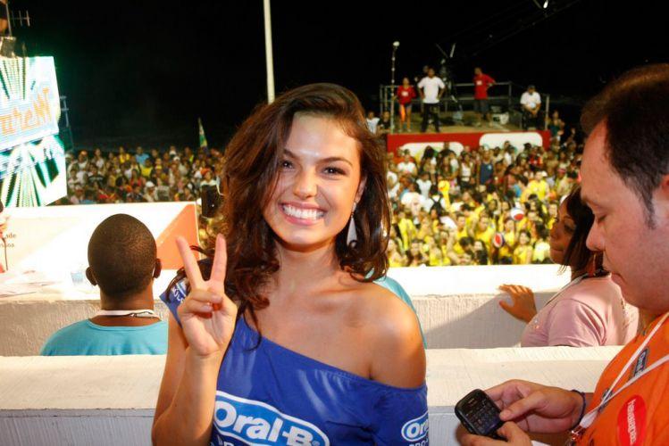 A atriz Ísis Valverde chega em camarote de Salvador, no terceiro dia da folia na cidade (05/03/2011)