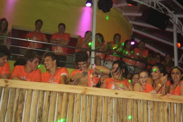 O ator Caio Castro levanta a camiseta enquanto brinca com fãs que estão do lado de fora do camarote do Carnaval de Salvador (5/3/2011)