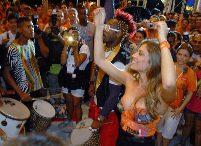 A atriz Grazi Massafera se diverte com o Olodum no camarote da Contigo! Daniela Mercury, em Salvador (5/3/2011)