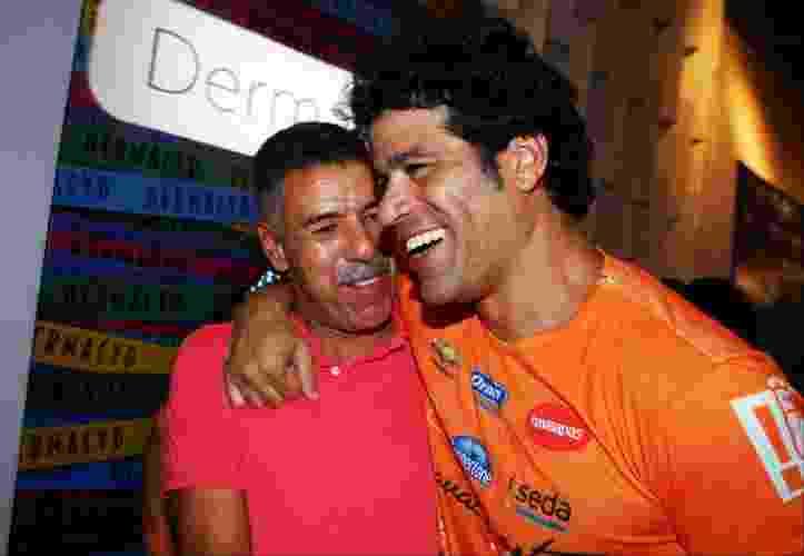 Os ex-jogadores Toninho Cerezo (esq.) e Raí (dir.) se abraçam no camarote Contigo! Daniela Mercury, em Salvador (5/3/2011) - undefined