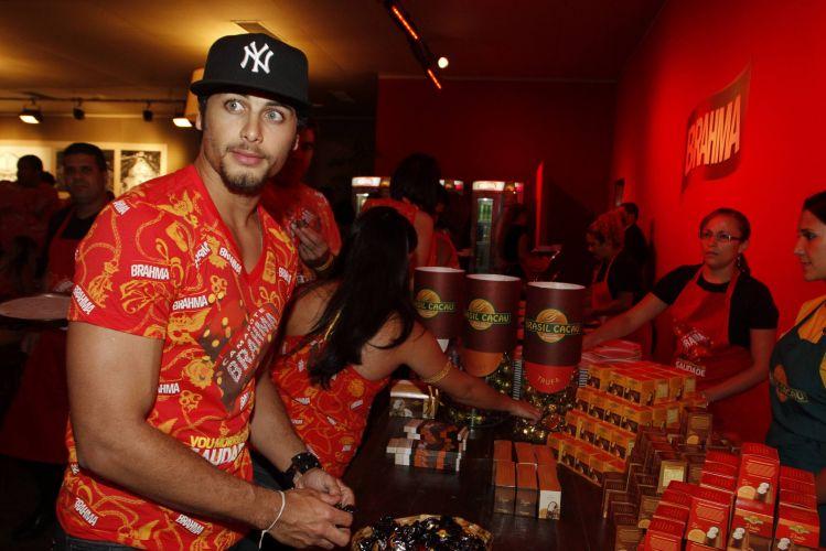 O modelo Jesus Luz é um dos convidados de um camarote de cervejaria na noite do desfile das campeãs do Carnaval do Rio de Janeiro, neste sábado (12/03/201)
