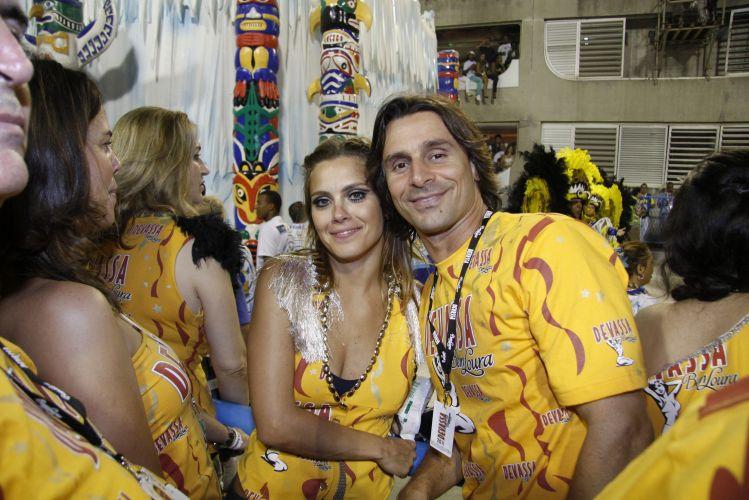 Carolina Dieckmann e Murilo Rosa posam para fotos em um dos camarotes de cervejaria na Marquês de Sapucaí, na noite do desfile das campeãs (12/03/2011)
