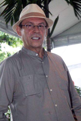 Na tarde de hoje, José Wilker foi retirar a camiseta que serve de convite para entrar em camarote do Carnaval carioca. Os desfiles das escolas do Grupo Especial na cidade começam amanhã (6) (05/03/2011)