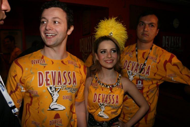 Sandy, musa do camarote da cervejaria Devassa, chega ao camarote acompanhada do marido Lucas Lima (06/03/2011)