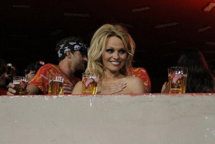 A atriz Pamela Anderson é uma das convidadas do camarote de uma cervejaria no Rio de Janeiro (6/3/2011)