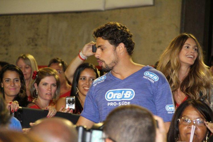 Cauã Reymond dá atenção aos fãs no Carnaval do Rio de Janeiro. Do camarote, ele assiste ao desfilie das escolas de samba (6/3/2011)