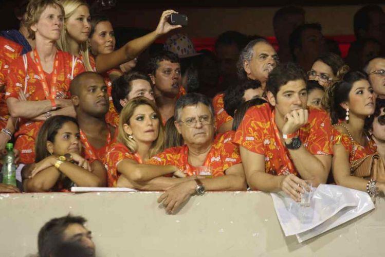 O ator e diretor Marcos Paulo (de óculos) assiste aos desfiles de Carnaval no Rio de Janeiro abraçado com a namorada, a atriz Antônia Fontenelle (6/3/2011)
