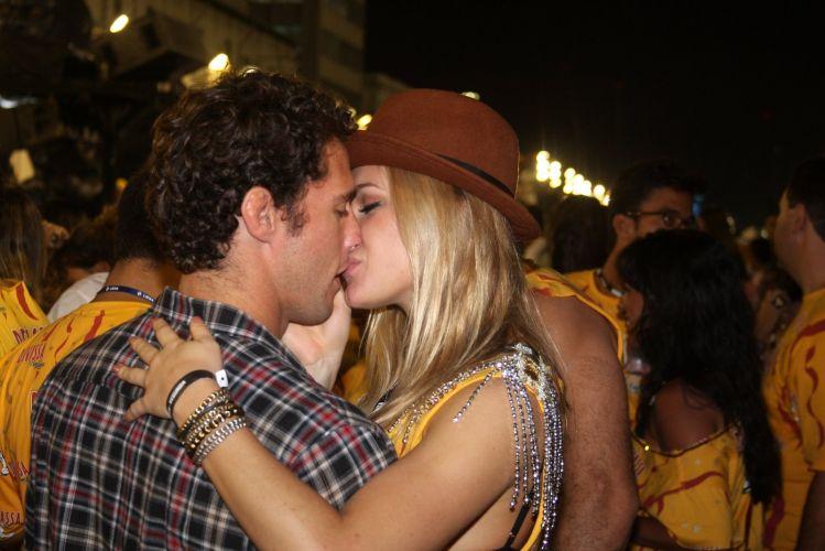 Em clima de romance, a atriz Fiorella Mattheis e o judoca Flávio Canto curtem a noite em camarote de cervejaria no Rio de Janeiro (07/03/2011)