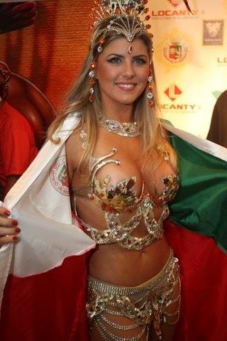 No camarote da Grande Rio, a apresentadora e ex-bbb Íris Stefanelli mostra como é a fantasia que vai desfilar na Sapucaí (07/03/2011)