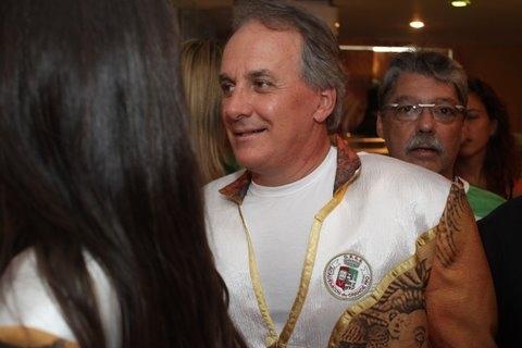 Otávio Mesquita passa pelo camarote da Grande Rio com roupa da escola (07/03/2011)