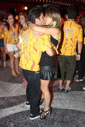 Bruno Gagliasso e Giovana Ewbank se beijam em camarote do Carnaval do Rio de Janeiro (08/03/2011)
