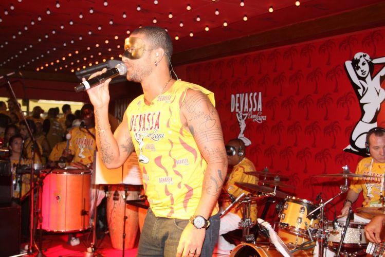Mascarado, Diogo Nogueira canta para convidados de camarote no Carnaval do Rio de Janeiro (08/03/2011)