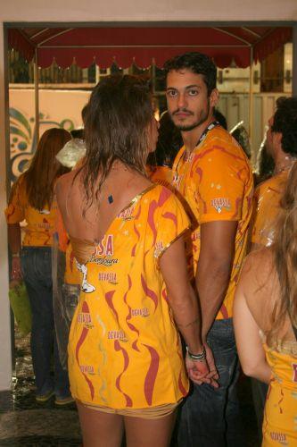 O ator Raphael Viana sai de mãos dadas com Lizzi Benites, a Piu-Piu, do camarote de uma cervejaria na Sapucaí (7/3/2011)