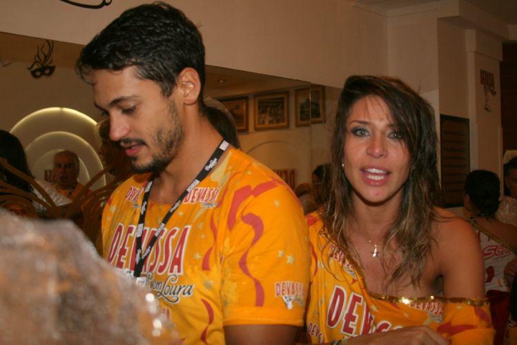 O ator Raphael Viana acompanhado de Lizzi Benites, a Piu-Piu, no camarote de uma cervejaria na Sapucaí (7/3/2011)