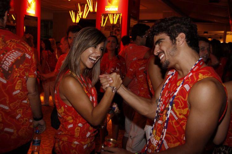 A jornalista Cristiane Dias e o ator Caio Castro se cumprimentam no camarote de uma marca de cerveja (7/3/2011)