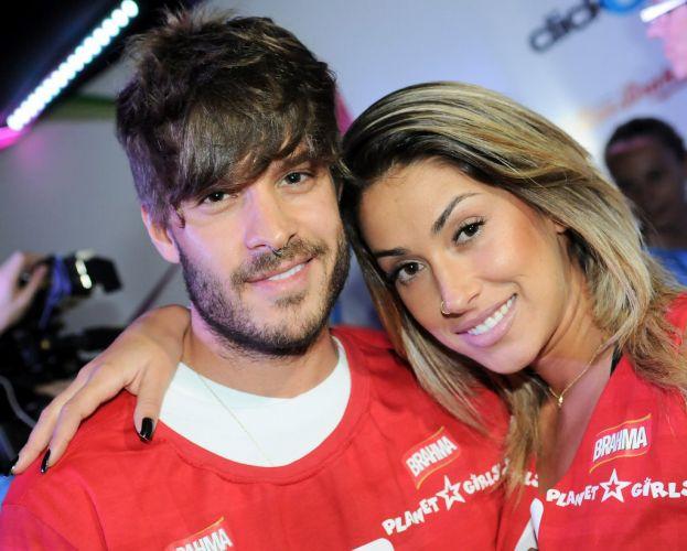 O casal Matheus Verdelho e Dani Bolina em camarote no primeiro dia de desfiles do Carnaval de São Paulo (SP) (04/03/2011)