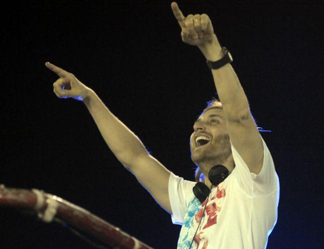 O DJ David Guetta, que já gravou com Akon e Rihanna, anima os foliões em Salvador (9/3/2011). O DJ francês foi uma das atrações internacionais no Carnaval de Salvador, que teve também o integrante do Black Eyed Peas will.i.am (9/3/2011)