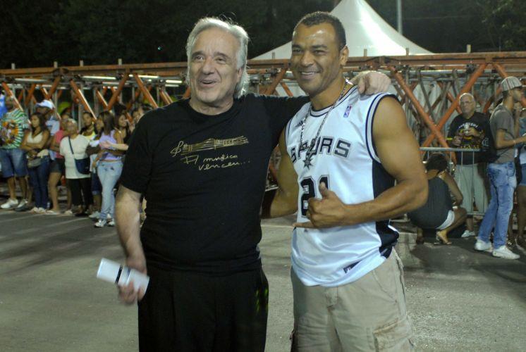 O maestro João Carlos Martins, homenageado pelo enredo de 2011, e o jogador de futebol Cafu curtem o ensaio técnico da Vai-Vai, na noite de sexta-feira (11), no Sambódromo do Anhembi, em São Paulo (11/02/2011)