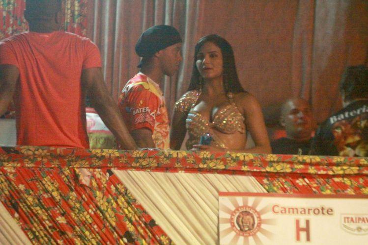 Ronaldinho Gaúcho conversa com a musa da Estácio de Sá, Shayene Cesário, durante ensaio na quadra da escola, na noite de sexta-feira, no Rio de Janeiro (11/02/2011)
