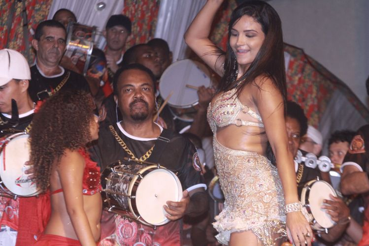 Shayene Cesário samba durante ensaio da Estácio de Sá na noite de sexta-feira, no Rio de Janeiro (11/02/2011)