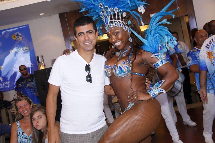 Marcius Melhem posa para fotos com uma das passistas da Beija-Flor de Nilópolis, durante a feijoada que reuniu comunidade e famosos em um hotel de Ipanema, Rio de Janeiro, na tarde de sábado (12/02/2011)