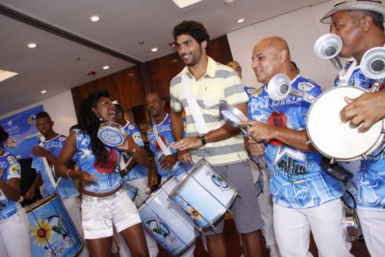 O ator Rafael Calomeni batucou com integrantes da bateria da Beija-Flor de Nilópolis, durante a feijoada que reuniu comunidade e famosos em um hotel de Ipanema, Rio de Janeiro, na tarde de sábado (12/02/2011)