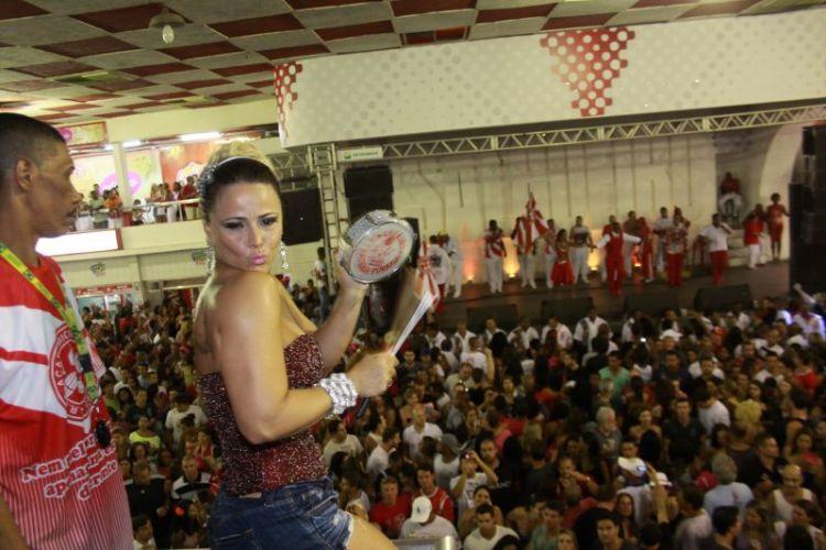 Viviane Araújo toca tamborim em ensaio do Salgueiro, neste sábado, na quadra da escola (12/02/2011)