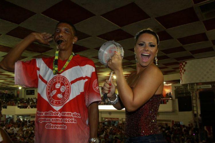 Viviane Araújo, Rainha de Bateria do Salgueiro, toca tamborim ao lado do Mestre Marcão, na noite de sábado, no Rio (12/02/2011)
