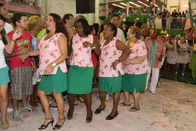 Integrantes da Mangueira sambam na noite de sábado (12), na quadra da escola, durante ensaio da agremiação (12/02/2011)