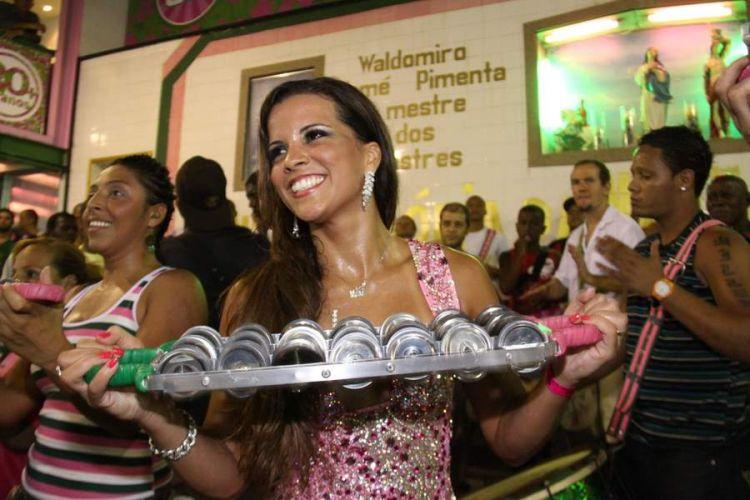 Renata Santos, Rainha de Bateria da Mangueira, toca chocalho durante ensaio na quadra da escola, neste sábado, no Rio de Janeiro (12/02/2011)