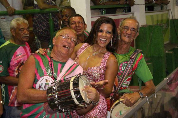 Renata Santos se diverte junto aos ritmistas da Mangueira, na noite deste sábado, no Rio de Janeiro (12/02/2011)