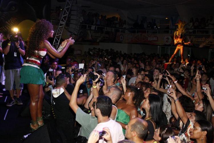 Cris Vianna, Rainha de Bateria da Grande Rio, cumprimenta o público que participa do ensaio da escola, na noite de sábado (12), no Clube Monte Líbano, no Rio de Janeiro (12/02/2011)