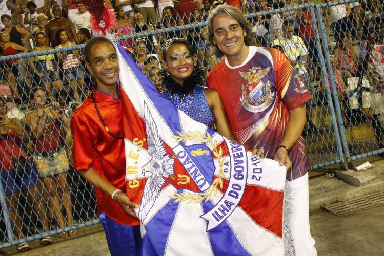 O ator Alexandre Borges participa de ensaio técnico da escola de samba União da Ilha, no Rio de Janeiro (14/2/2011). Na foto, ele posa com o casal de mestre-sala e porta-bandeira Ronaldinho e Verônica