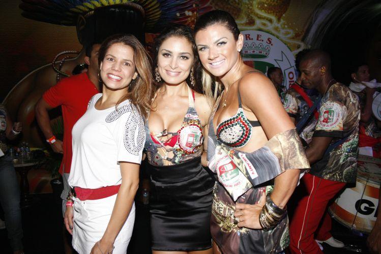 As atrizes Nívea Stelmann, Franciely Freduzeski e a modelo Mirela Santos participam de ensaio de quadra da Grande Rio, no Rio de Janeiro (13/2/2011)