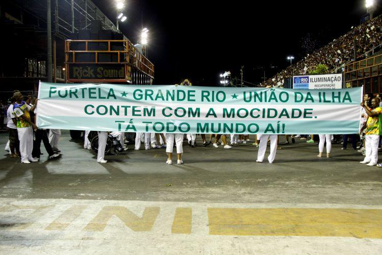 A escola Mocidade Independente presta sua homenagem às escolas Grande Rio, União da Ilha e Portela, que tiveram prejuízos com o incêndio na Cidade do Samba, no Rio de Janeiro (14/2/2011)