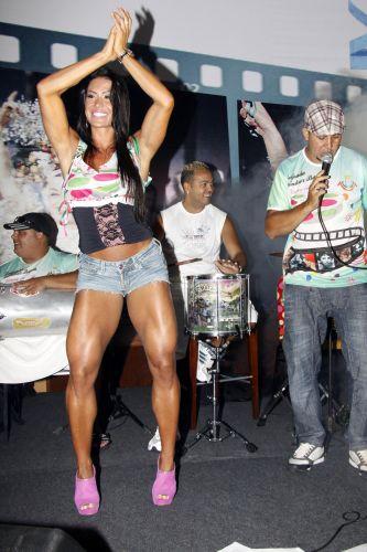Gracyanne Barbosa, destaque da Mangueira, samba durante Feijoada da agremiação na tarde de sábado em um hotel da Barra da Tijuca, Rio de Janeiro (19/02/2011)