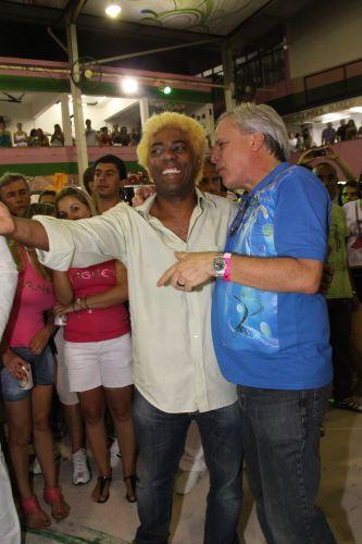 O presidente da Mangueira, Ivo Meirelles, recebe o jornalista Chico Pinheiro no ensaio da agremiação, neste sábado, na quadra da escola no Rio de Janeiro (19/02/2011)