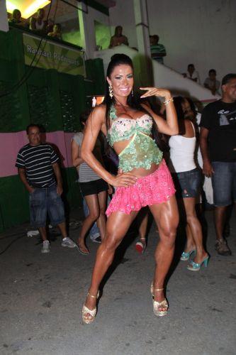 Gracyanne Barbosa exibe o corpo bem definido em ensaio na quadra da Mangueira, neste sábado, no Rio de Janeiro (19/02/2011)