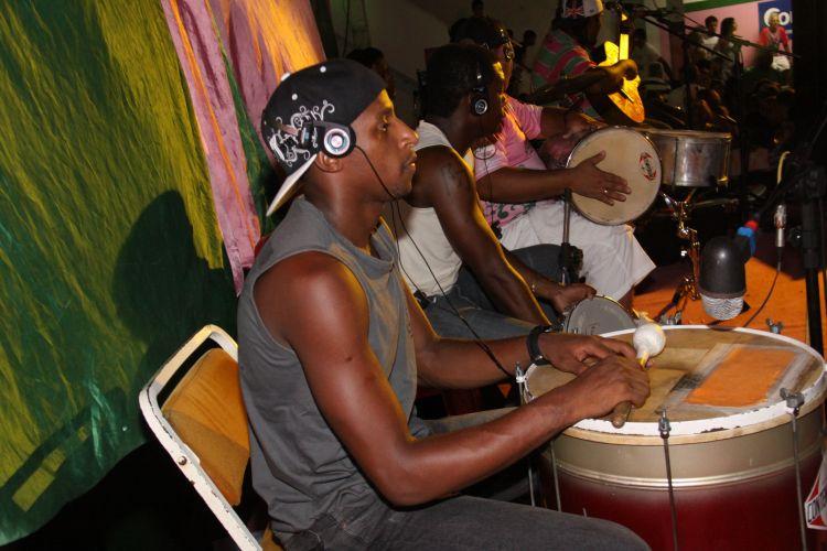 Ritmistas da Mangueira dão o tom do ensaio na quadra da escola, neste sábado, no Rio de Janeiro (19/02/2011)